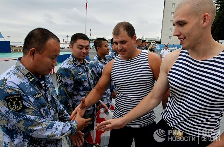 Китайские и российские моряки обмениваются рукопожатиями