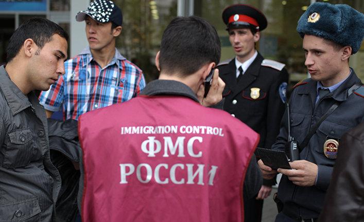 Казак, сотрудник Федеральной миграционной службы РФ и сотрудник правоохранительных органов проверяют документы во время патрулирования улиц Краснодара
