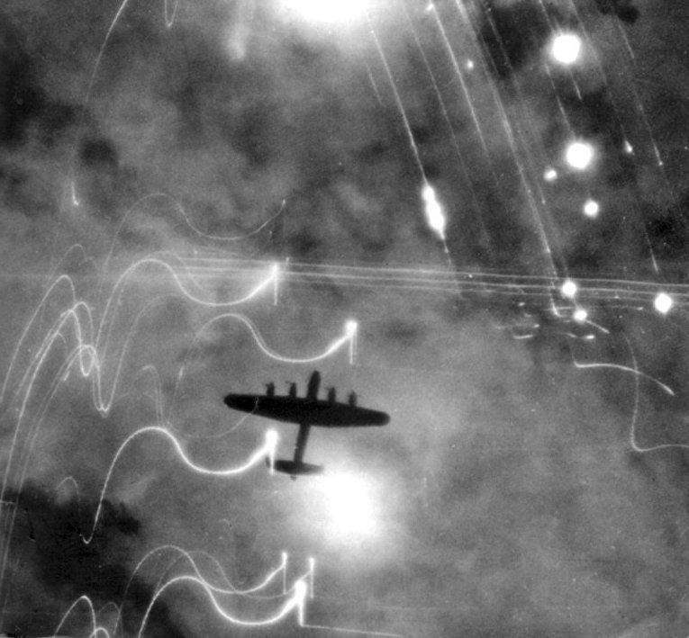 Бомбардировщик Lancaster над Гамбургом