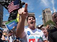 Сторонники Берни Сандерса во время демонстрации в Филадельфии, США. 24 июля 2016 года