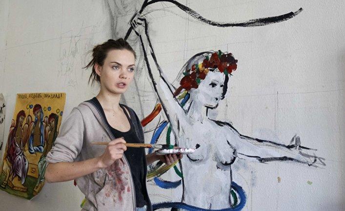 21 февраля 2012. Активистка Femen Оксана Шачко рисует на стене в своей комнате в Киеве