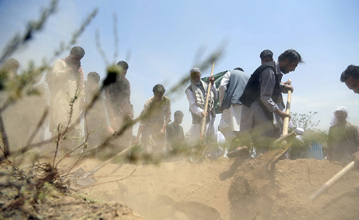 Родственники хоронят тело Мохаммеда Ахтара в Афганистане