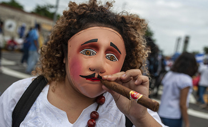 Протестующие требуют свержения президента Никарагуа Даниэля Ортеги во время акций протеста в Манагуа