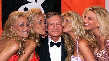 Хью Хефнер с девушками Playboy во время 52-го Каннского кинофестиваля. 14 мая 1999