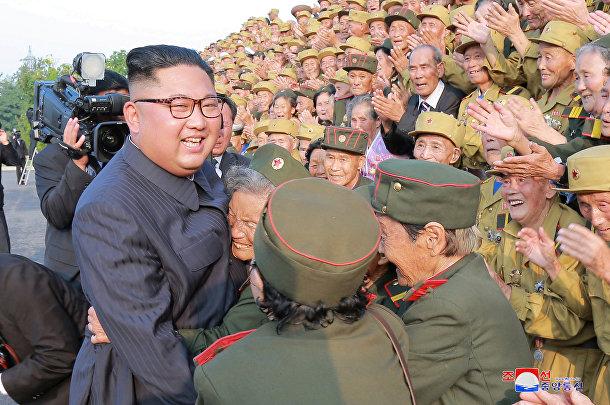 Северокорейский лидер Ким Чен Ын вместе с участниками 5-й Национальной конференции ветеранов Корейской войны