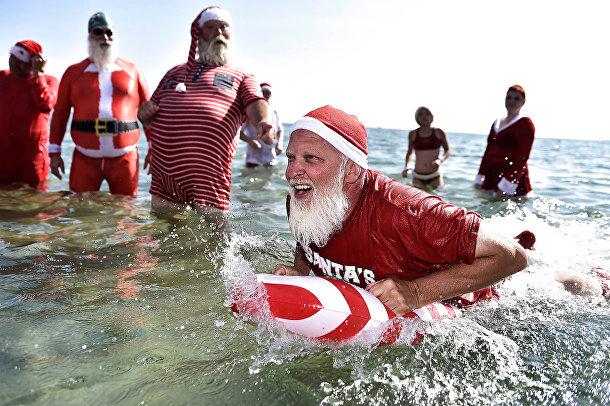 Всемирный конгресс Санта-Клаусов на пляже Бельвью в Дании