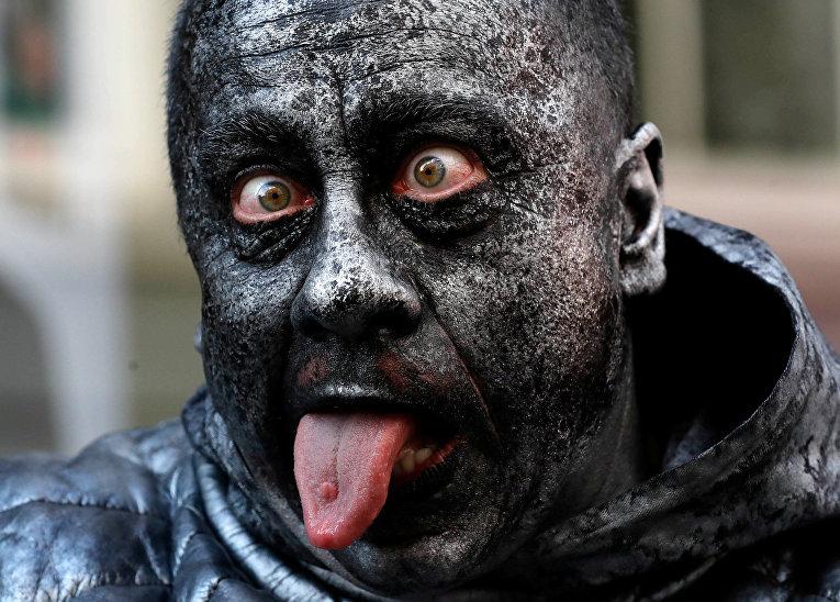 Участник фестиваля живых статуй в Бельгии