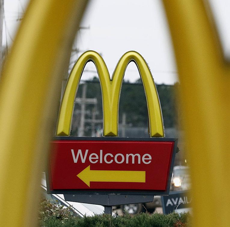 Указатель на ресторан быстрого питания McDonald's в городе Брэндон, штат Миссисипи
