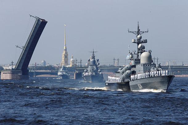 Корабли на главном военно-морском параде в Санкт-Петербурге в честь Дня Военно-Морского Флота России