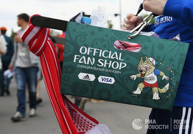 Пакет с покупками из официального магазина чемпионата мира по футболу 2018