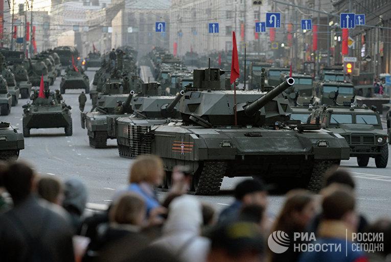 Танки Т-14 на гусеничной платформе «Армата» во время репетиции военного парада в Москве