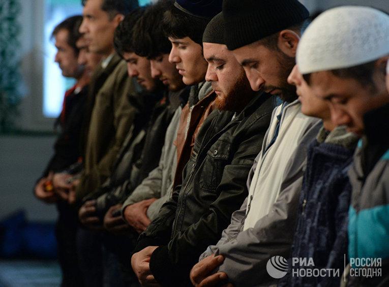 Мусульмане в день праздника жертвоприношения Курбан-Байрам молятся в Соборной мечети в центре Москвы