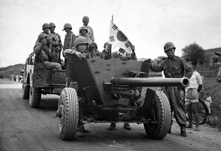 Противотанковая пушка QF 6 pounder во время эвакуации аэропорта Сувон в 1950 году