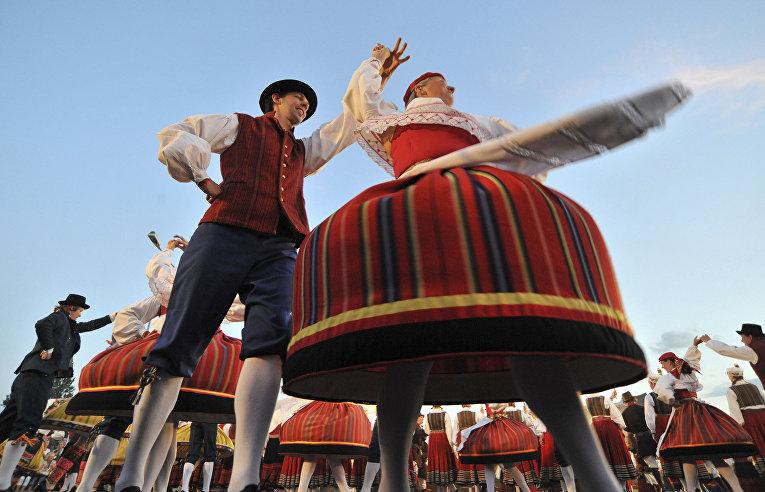Танцоры в традиционных эстонских костюмах в Таллинне, Эстония