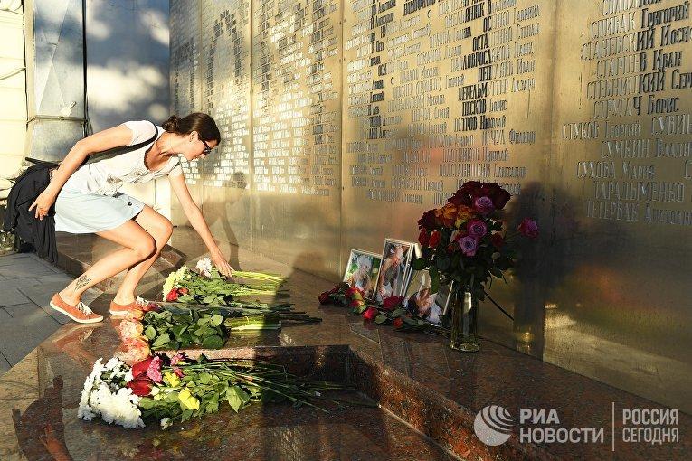 Цветы у Дома журналиста в память о троих убитых в Центральноафриканской Республике журналистах
