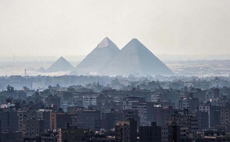 Вид на пирамиды Гизы и пригород Каира, Египет