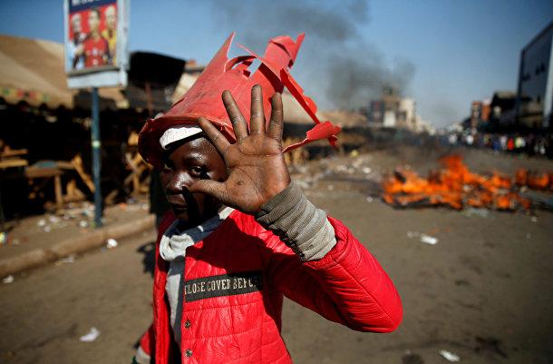 Сторонник оппозиционного движения «За демократические перемены» во время акции протеста в Хараре, Зимбабве