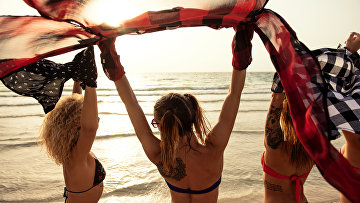 Девушки на пляже в Дубае, ОАЭ