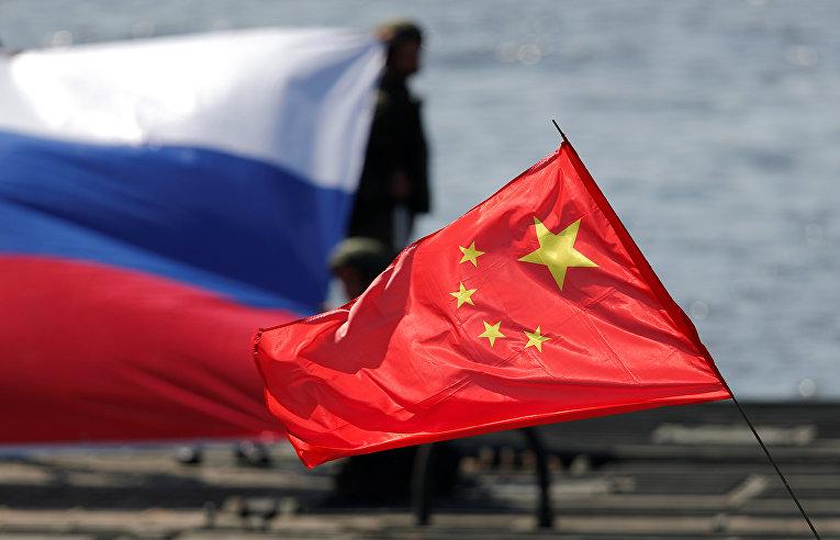 Флаги России и Китая во время  IV Армейских международных игр в Новосибирской области