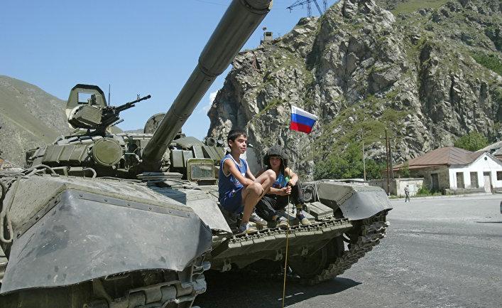 Российский танк в пригороде Цхинвала