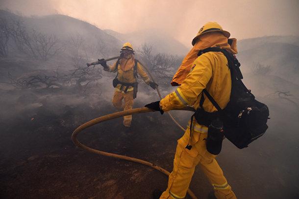 Тушение лесных пожаров к юго-востоку от Лос-Анджелеса