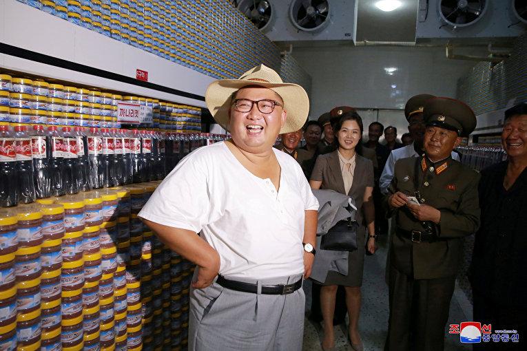 Северокорейский лидер Ким Чен Ын посещает фабрику по производству продуктов питания