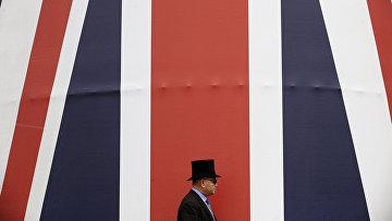 Огромный британскый флаг во время Королевскых скачек в Аскоте