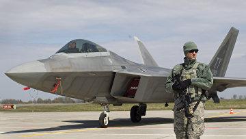 Истребитель ВВС США F-22 Raptor на авиабазе Шяуляй в Литве
