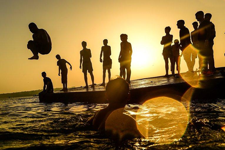 Прыжки в воду на пляже в Стамбуле, Турция