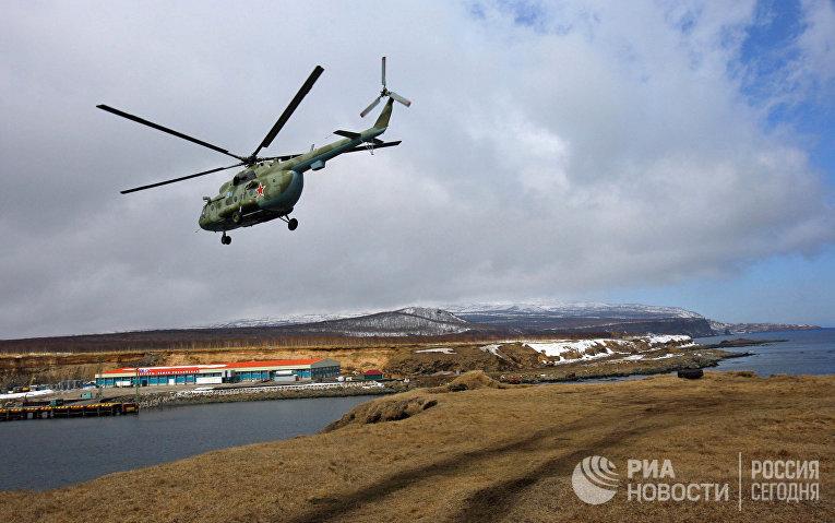 Военный вертолет Ми-8 на острове Итуруп