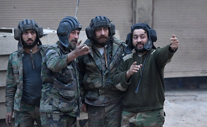 Военнослужащие в районе бывшего лагеря палестинских беженцев Ярмук в южном пригороде Дамаска