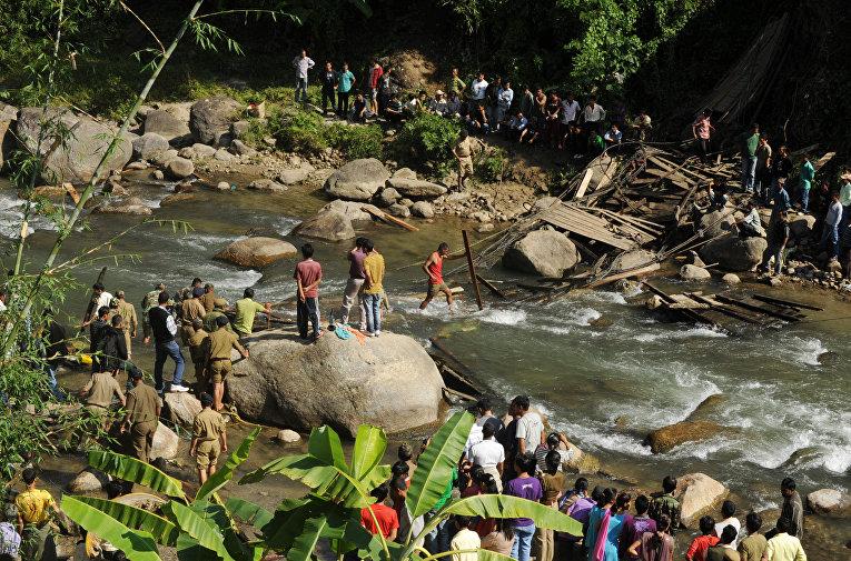 23 октября в результате обрушения моста вблизи города Дарджилинг на северо-востоке страны погибли по меньшей мере 30 человек