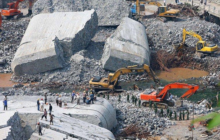 Китай: 13 августа во время обрушения только что построенного моста в Фэнхуане погибли 64 человека