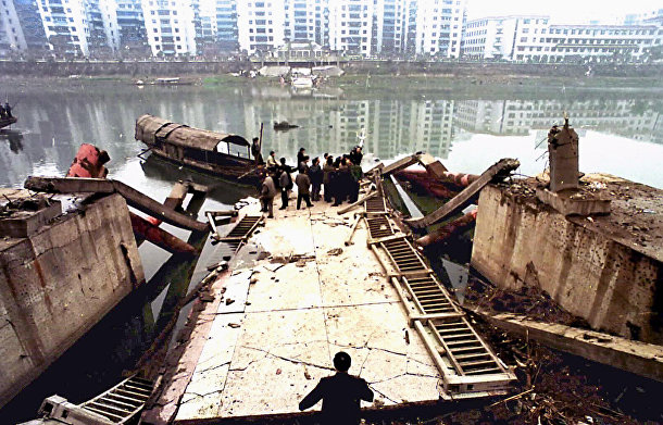 Китай: При обрушении почти 180-метрового моста в Чунцине на юзо-западе страны 4 января погибли почти 40 человек