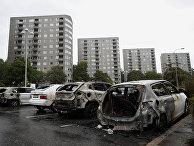 Сожженные автомобили на площади Фролунда в Гетеборге, Швеция