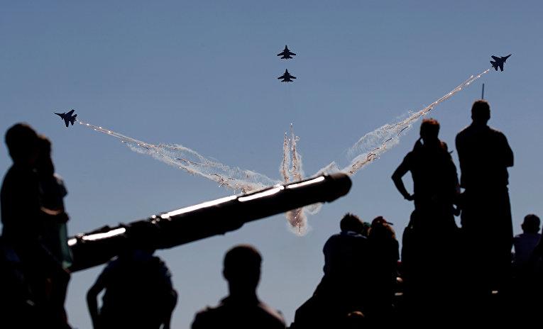 Выступление пилотажной группы «Русские Витязи»