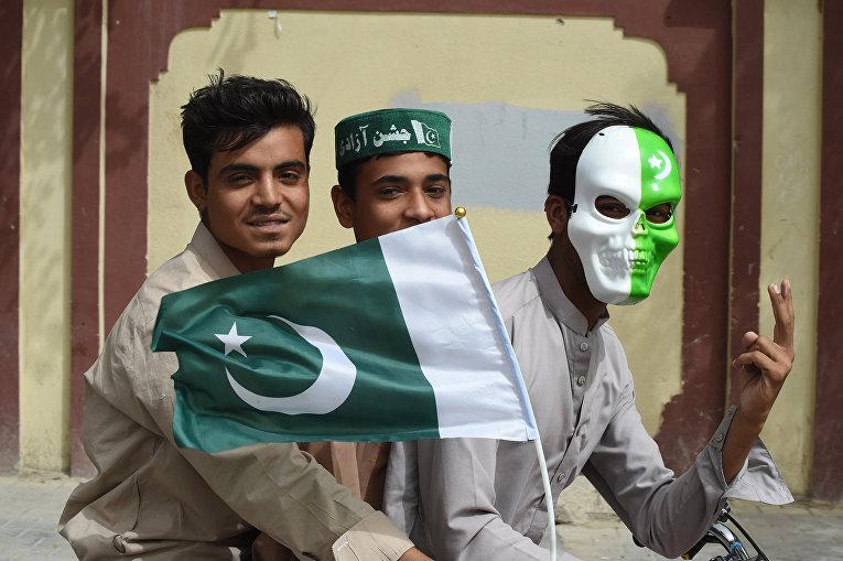 Пакистанская молодежь на велосипеде во время празднования Дня независимости страны в Кветте