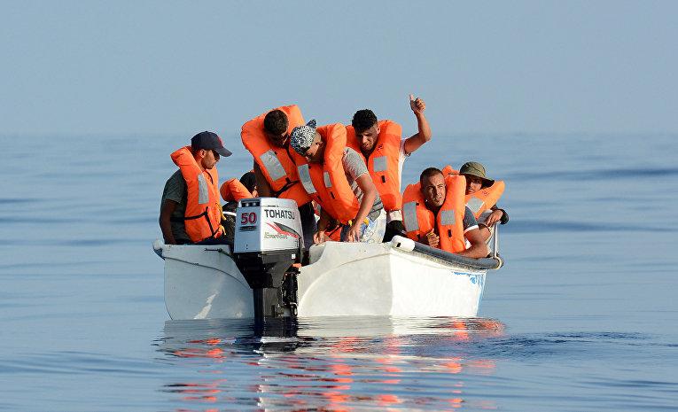 Мигранты на борту лодки в Средиземном море у ливийского побережья