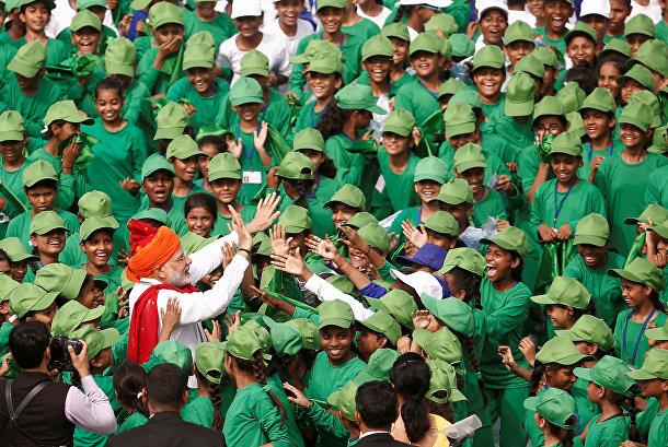Молодые люди приветствуют премьер-министра Индии Нарендра Моди