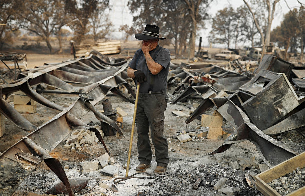 Владелец сгоревшего дома в городе Реддинг, Калифорния, США