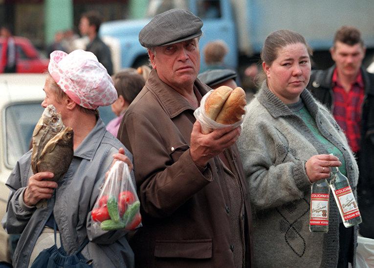 Частная торговля у метро в Москве