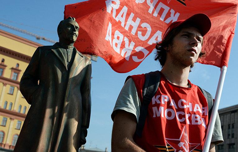 Акция коммунистов у копии памятника Феликсу Дзержинскому в Москве