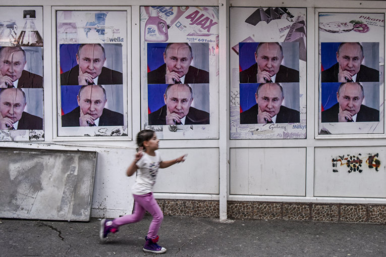 Плакаты с изображением президента России Владимира Путина в Митровице, Сербия
