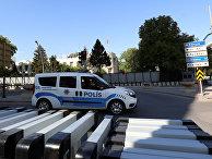 Полицейская машина перед посольством США в Анкаре