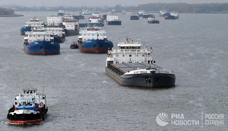 Буксиры выводят с мели груженые баржи, которые находятся в устье между Азовским морем и рекой Дон