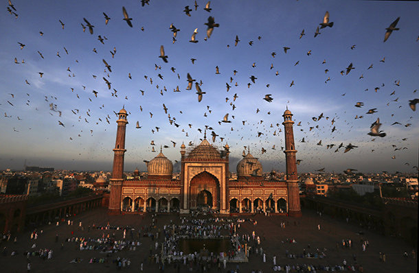 Верующие собираются у Соборной мечети в Нью-Дели, Индия