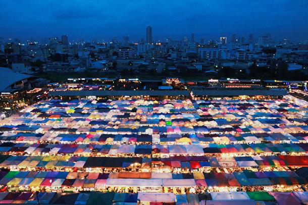 Железнодорожный ночной рынок Ратчада в Бангкоке