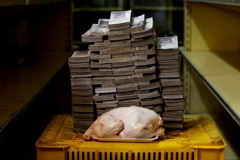 Курица весом 2,4 кг стоимостью 14 600 000 боливаров или 2,22 долларов США на рынке в Каракасе