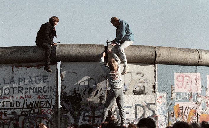 Жители ГДР ломают Берлинскую стену