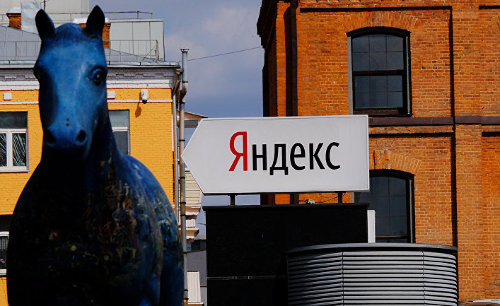 Указатель и скульптура лошади у офиса компании «Яндекс»